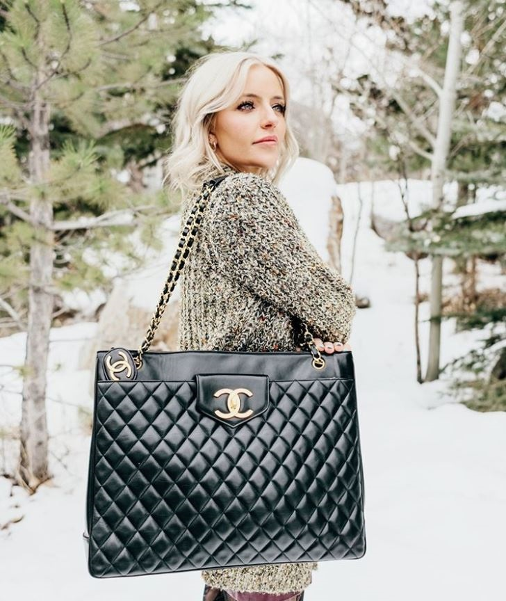 How to Create a Year-Round Capsule Wardrobe in 10 easy pieces, classic handbag, Chanel black shopping bag